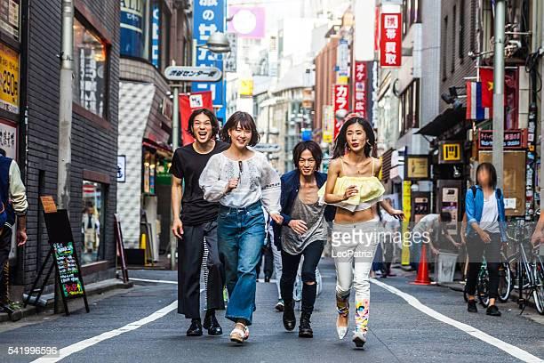 のグループでご友人とご一緒に、東京の中心部の通り