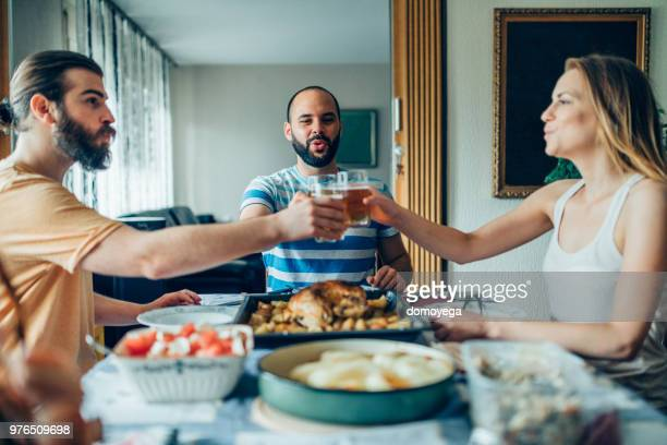 Grupo de amigos felizes, torrar antes do almoço