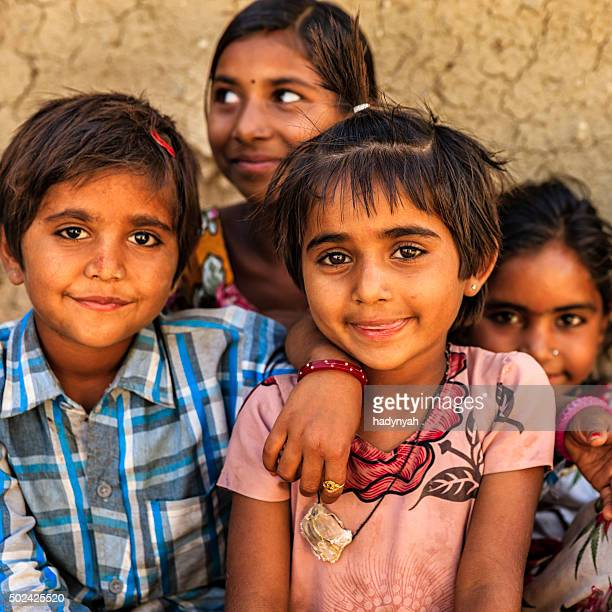 Groupe d'enfants heureux, village indien, l'Inde désert
