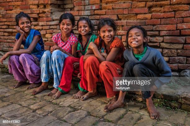 カトマンズ盆地バクタプルで幸せなネパール若い女の子のグループ - バクタプル ストックフォトと画像