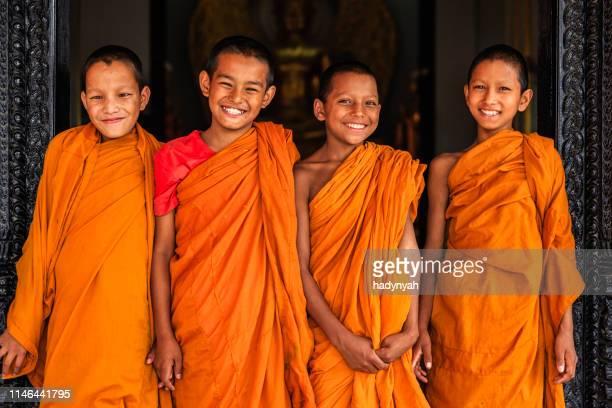 幸せな初心者の仏教徒の僧侶、バクタプルバールのグループ - バクタプル ストックフォトと画像