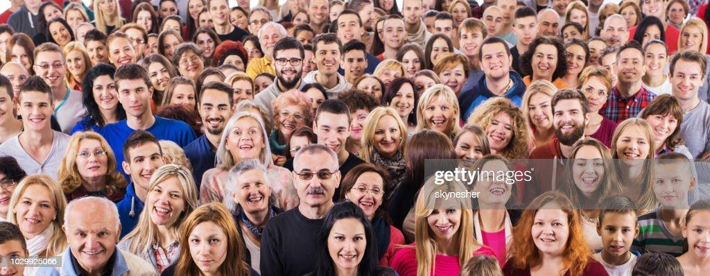 Groupe de gens heureux en regardant la caméra. : Photo