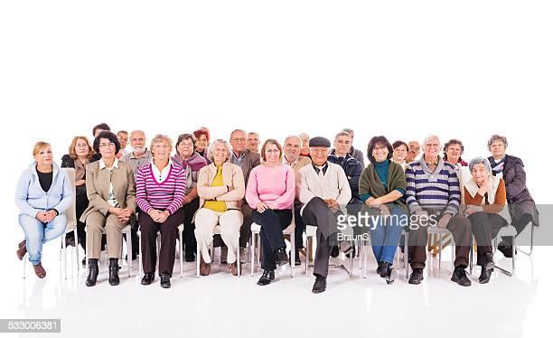 Groupe de personnes âgées heureux isolé sur blanc.