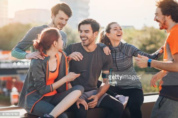 Grupp av happy sport personer