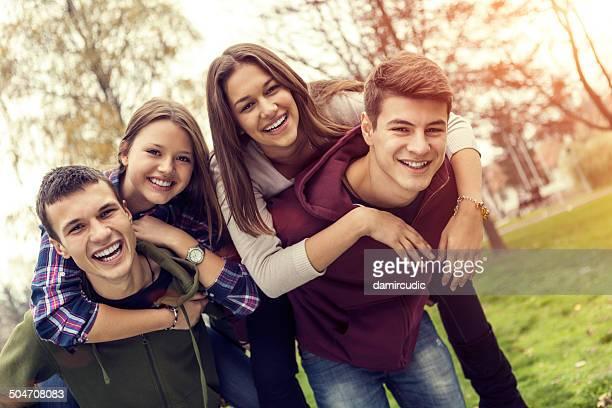 幸せな 10 代の友人のグループでお楽しみください。