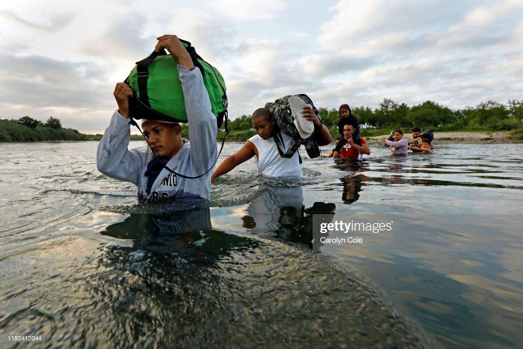 Migrants Cross The Rio Grande : News Photo