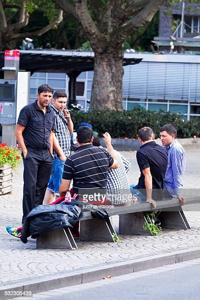 gruppe von einwanderer männer in rui águas - - oberhausen stock-fotos und bilder