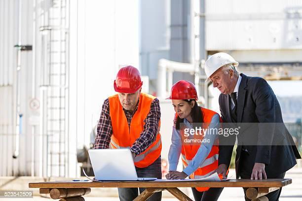 Grupo de ingenieros industriales con ordenador al aire libre