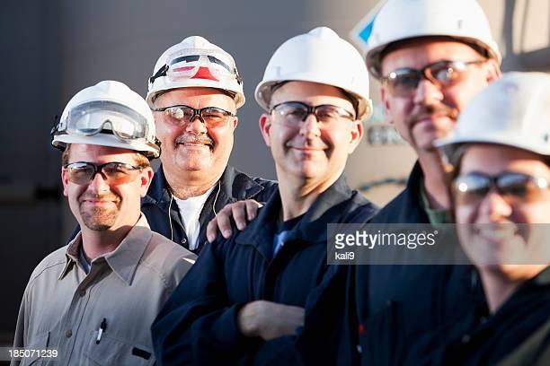 工業労働者のグループ hardhats 着用