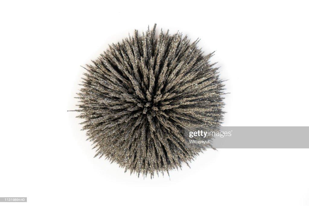 Gruppen av stryker anmälningar visar magnetiskt sätter in fodrar över starkt cirkla magneten. Närbild av vetenskaps magnet fält fysik magnet fält. : Bildbanksbilder
