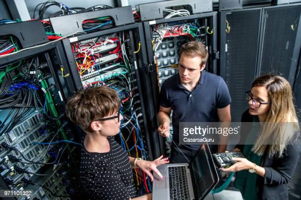 Gruppe von IT-Techniker arbeiten im Serverraum