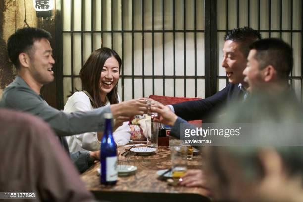 東京レストランでの日本人同僚グループ - 乾杯 ストックフォトと画像