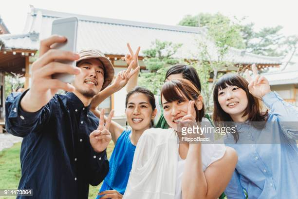 Selfie を一緒に持っている日本人の友達のグループ