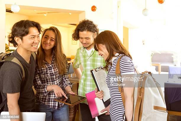 のグループ日本人学生、カフェ」でのミーティング
