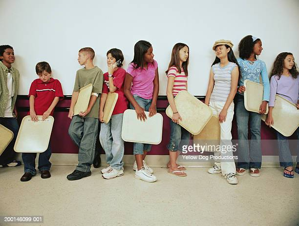 group of kids (12-14) holding trays on lunch line - cantine photos et images de collection