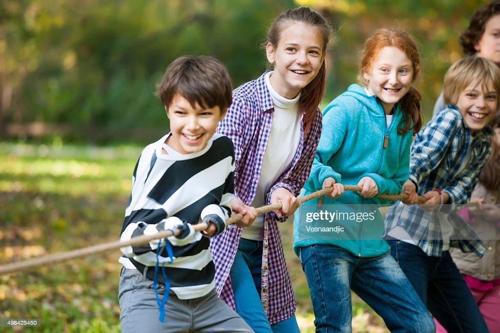 Grupo de niños en una tira y afloja juego : Foto de stock