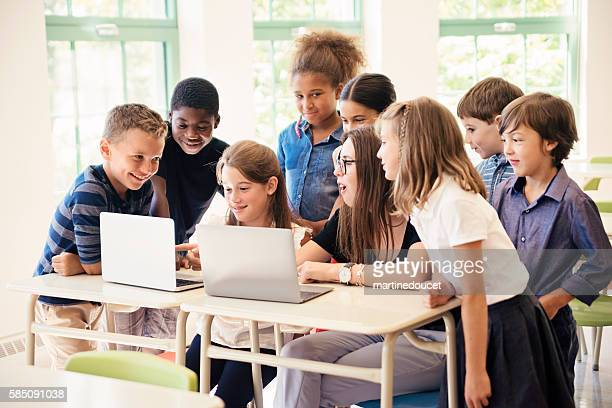 "group of kids learning to code in elementary school class. - ""martine doucet"" or martinedoucet - fotografias e filmes do acervo"