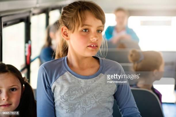 """grupo de niños sentados en el autobús escolar. - """"martine doucet"""" or martinedoucet fotografías e imágenes de stock"""