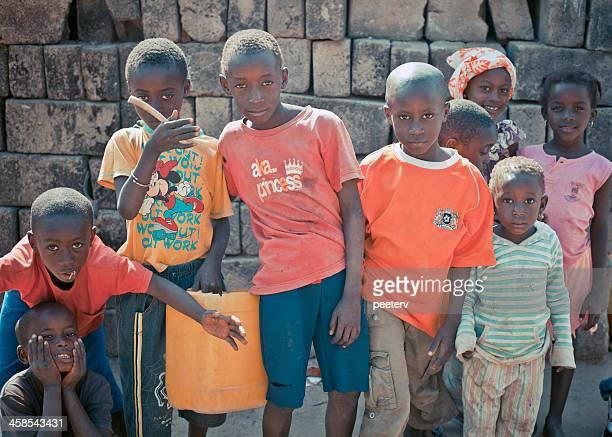 grupo de crianças em pé na rua. - gambia - fotografias e filmes do acervo