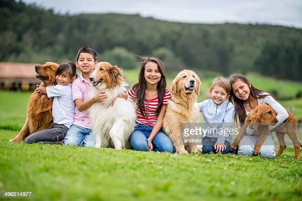 Grupo de niños con perros