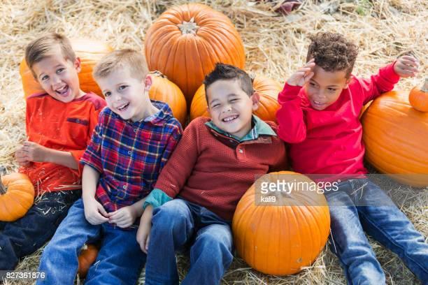グループでカボチャと男の子の秋祭り