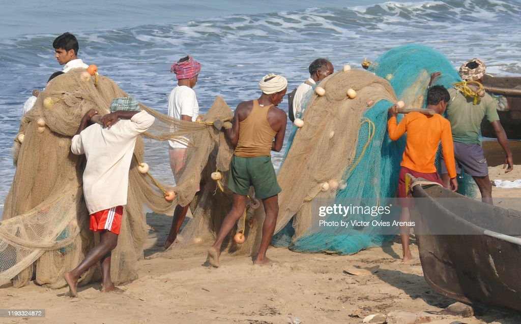 Group of local fishermen carrying their fishing nets on the beach in Gokarna, Karnataka, India : Foto de stock