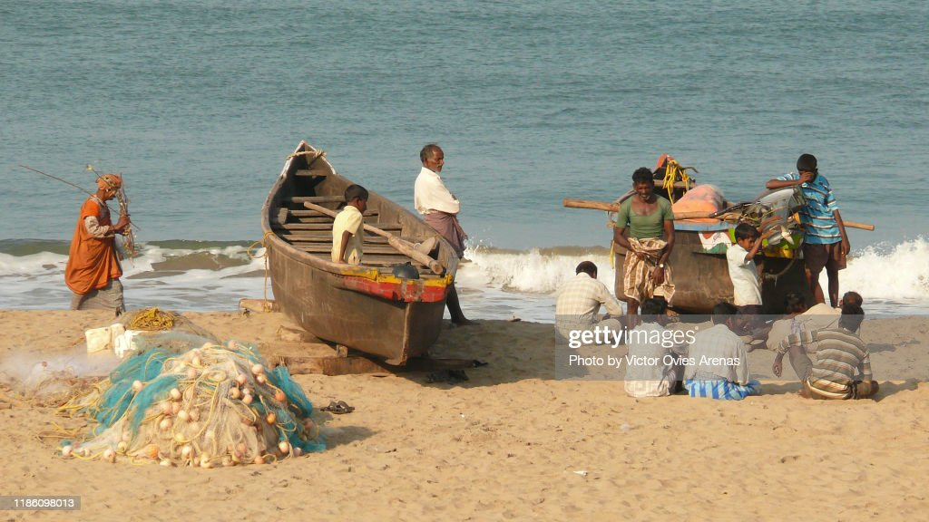 Group of local fishermen with their boats and nets on the beach in Gokarna, Karnataka, India : Foto de stock