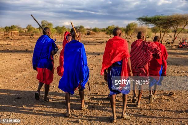 Grupo de Maasai warriors volver a village, Kenia, África