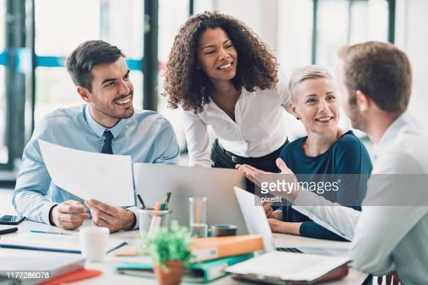 ビジネスミーティングのマネージャグループ - エグゼクティブディレクター ストックフォトと画像