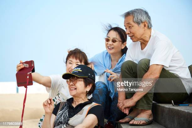 a group of mature people taking a selfie - makiko tanigawa ストックフォトと画像