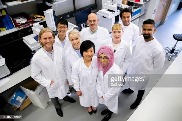 group of medical research scientists - bioquímico imagens e fotografias de stock