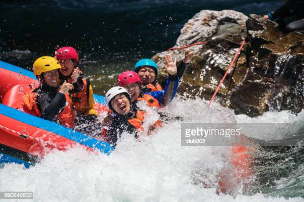 男性と女性の白い水ラフティングのグループ