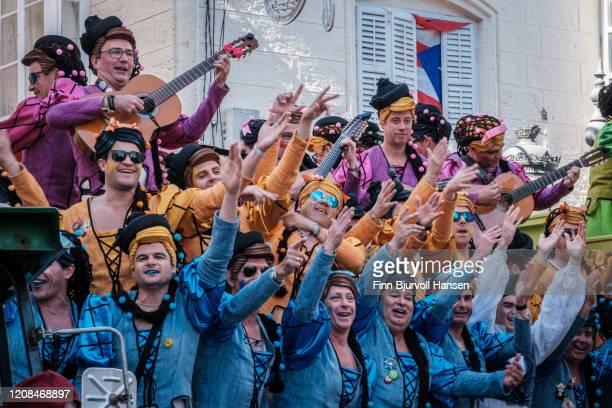 a group of men dressed like woman at the cadiz carnival - finn bjurvoll ストックフォトと画像