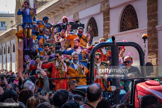 group of men entertain the crowd with costumes and music, carnival in cadiz - finn bjurvoll stock pictures, royalty-free photos & images