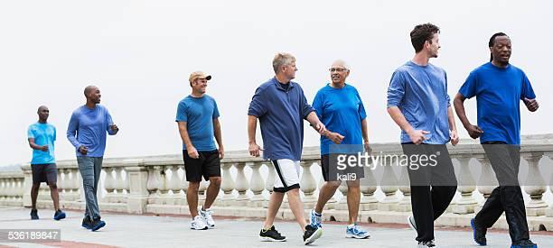 Grupo de Homens usando azul Camisas, Andar Depressa