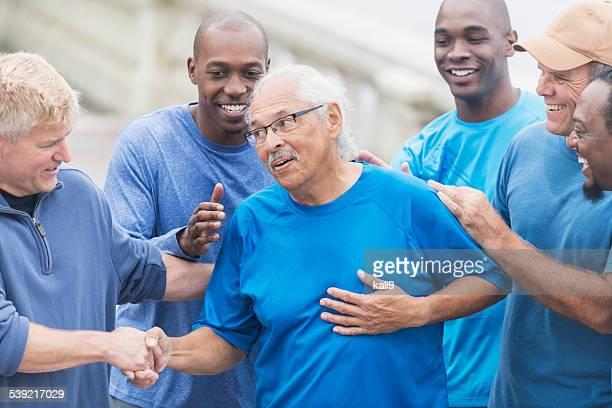 Gruppe von Männern mit senior Hispanic Mann in der Mitte