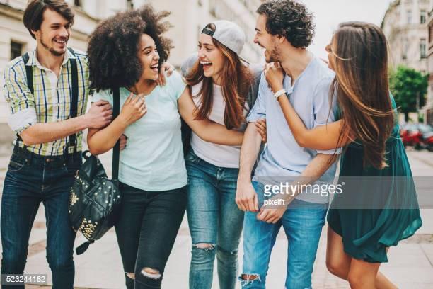 のグループ異人種のご友人とご一緒に屋外