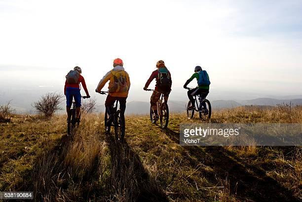 Eine Gruppe von Mountainbikern bereit für einen Lauf