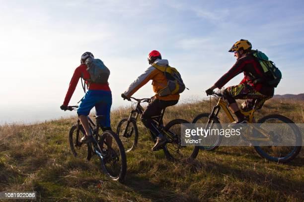 マウンテン バイクの冒険の準備ができてのグループ - マウンテンバイキング ストックフォトと画像