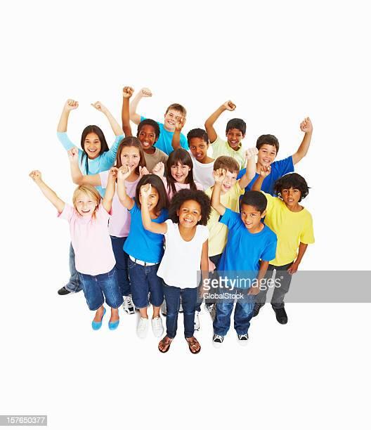 Gruppo multietnico di bambini con la mano alzata su bianco