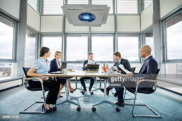 group of multi ethnic executives in a meeting - conselho diretor - fotografias e filmes do acervo
