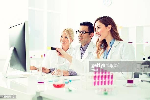Gruppe von Multi-ethnischen Wissenschaftler Arbeiten in einem Labor.