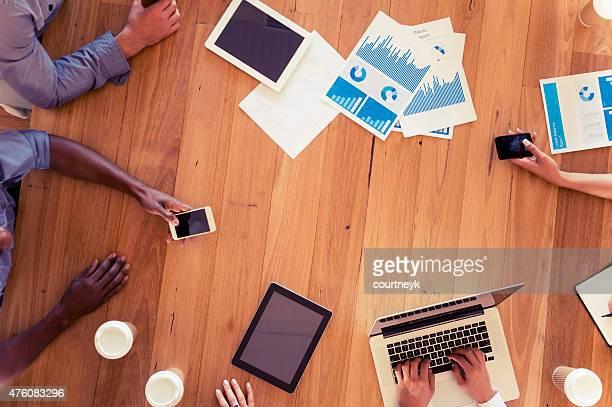 Groupe multi-ethnique de gens d'affaires de réunion