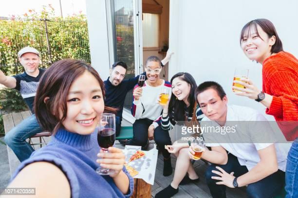 自宅パーティーを楽しんで多民族の友人のグループ - 混血 ストックフォトと画像