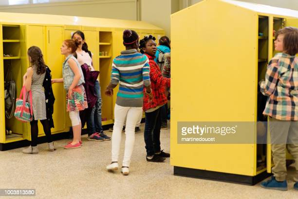 "group of multi-ethnic kids around lockers in elementary school. - ""martine doucet"" or martinedoucet imagens e fotografias de stock"