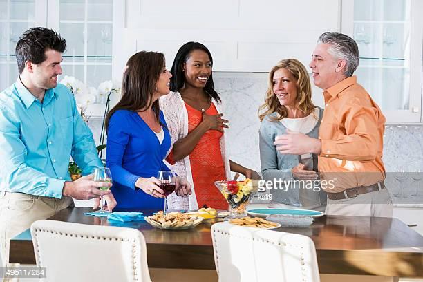 Erwachsenen Gruppe von Rassen Freunde reden auf einer party