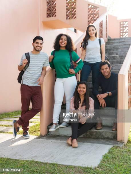 un grupo de estudiantes amistosos multirraciales - honduras fotografías e imágenes de stock