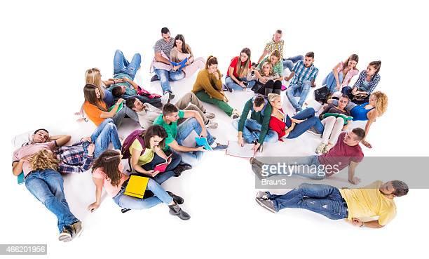 Gruppe von multi-tasking Studenten isoliert auf weiß.