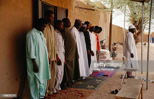 a group of muslim men at prayer. - men stockfoto's en -beelden
