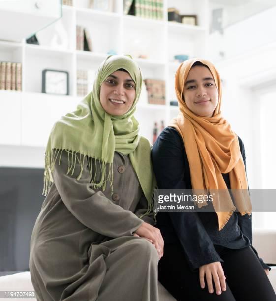 group of muslim women and girls at home - bonne fete de ramadan photos et images de collection
